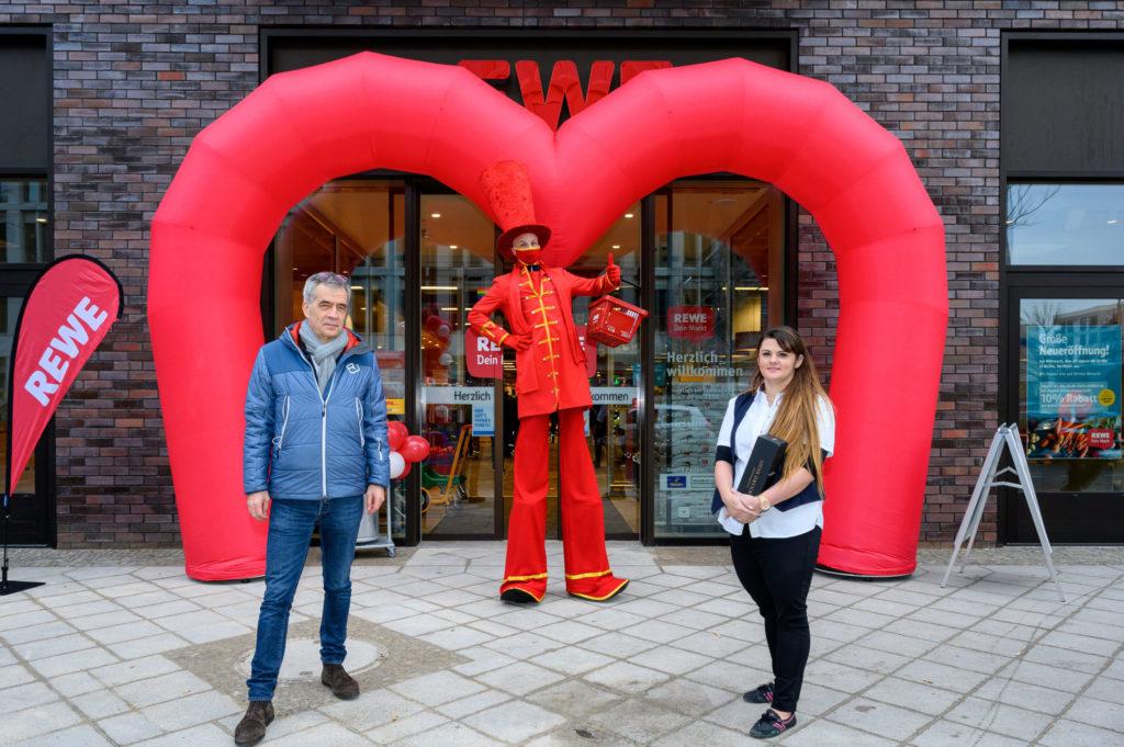 Thomas Bergander, Geschäftsführer der Quartier Heidestraße GmbH und Jessica Dittrich, Filialleiterin von REWE